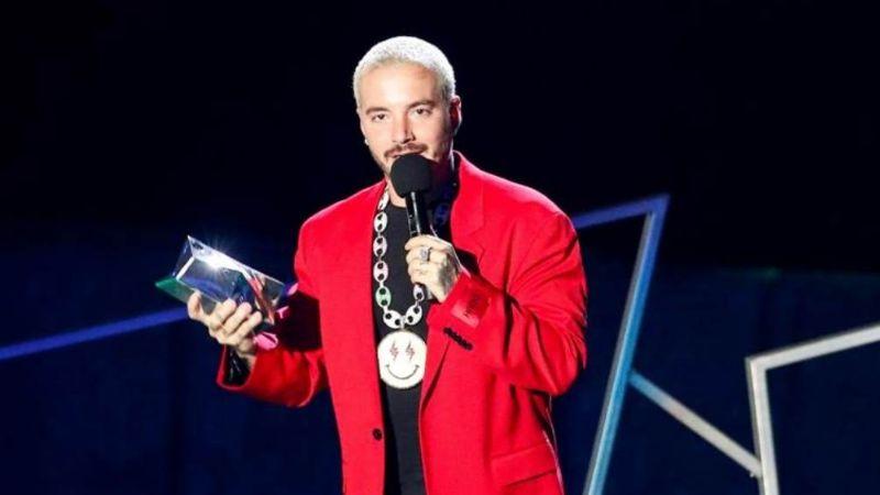 """¡J Balvin tiene Covid-19! El cantante lo revela en los Premios Juventud: """"Me ha dado muy duro"""""""