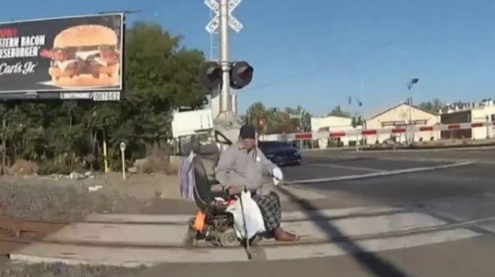 VIDEO: Policía heroina salva a un hombre de morir arrollado por el tren