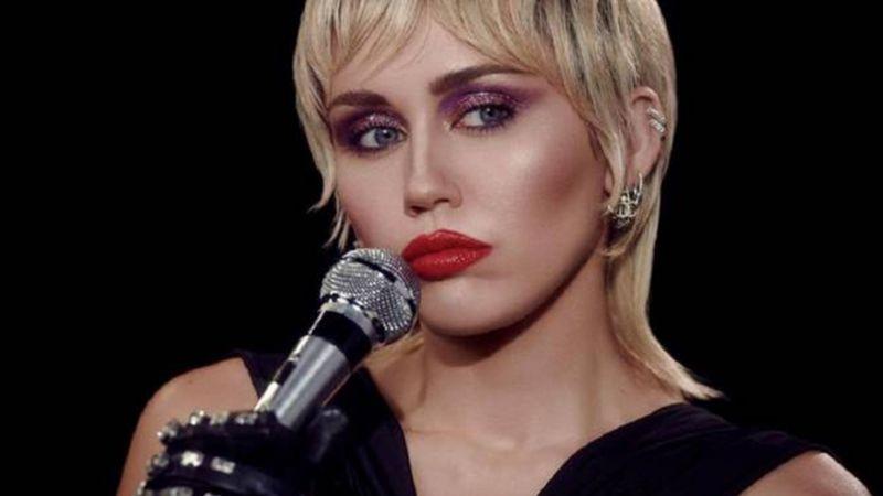 Miley Cyrus causa furor en redes sociales: La artista presume tremendo 'look' ¡muy 'punk'!