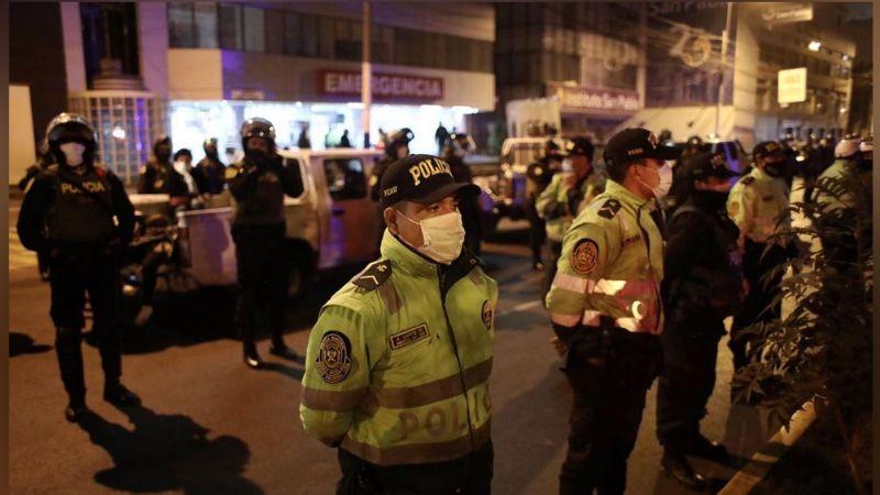 De los 23 detenidos en la estampida de Perú, 15 resultan infectados de Covid-19