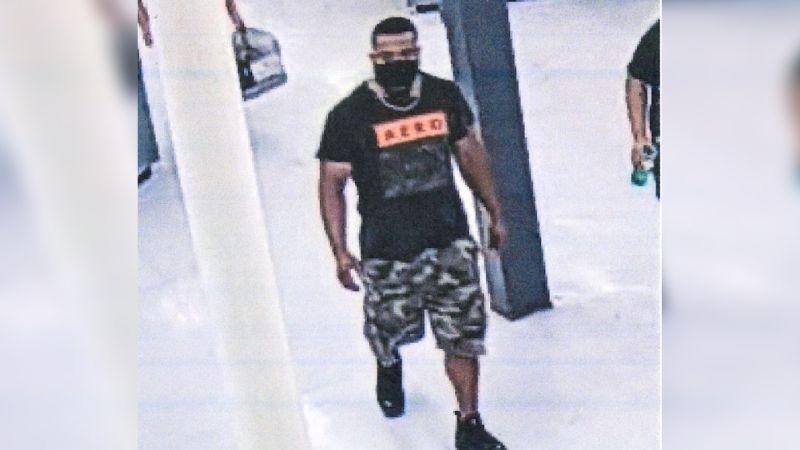 """Hombre abraza a desconocidos en supermercado de EU: """"Ahora tienes covid"""""""