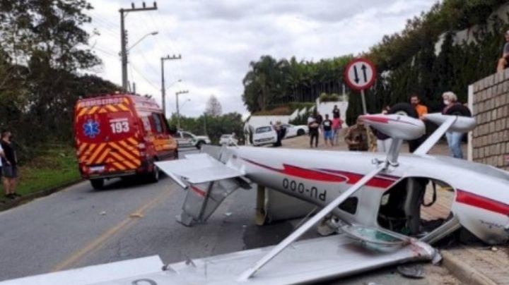 VIDEO: ¡De terror! Cae una avioneta sobre las calles de Brasil