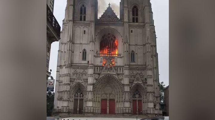 Torre de la Iglesia Santa Veracruz en CDMX se incendia; deja el saldo de un lesionado