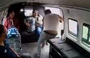 VIDEO: Pasajeros de un microbús agarran a golpes a ladrón que intenta asaltarlos en CDMX