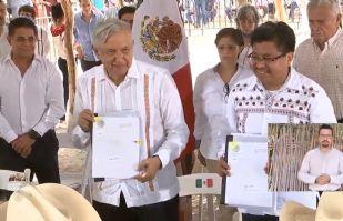 AMLO firma acuerdo con tribu Yaqui sobre plan de justicia, lejos del caos carretero en Vícam