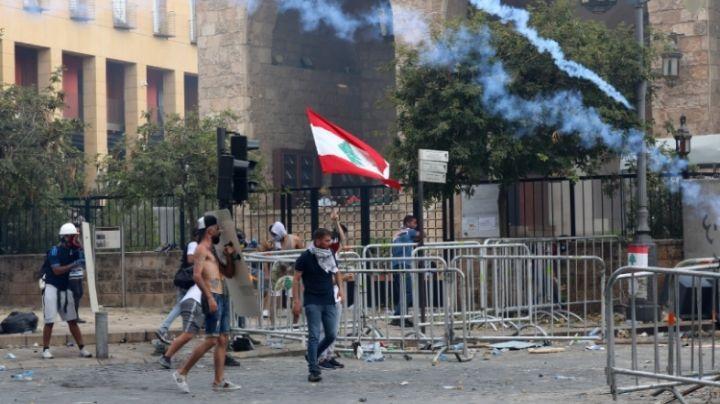 VIDEO: Policías de Beirut usan gases lacrimógenos en violentas protestas; hay 130 heridos