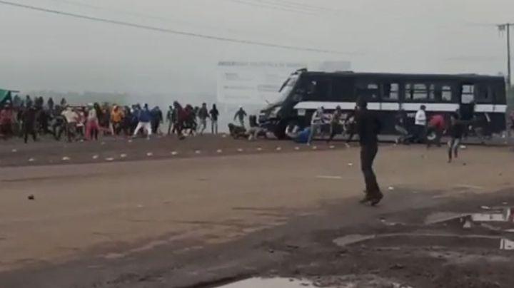 (VIDEO) Camión embiste a estudiantes durante enfrentamiento en Tiripetío