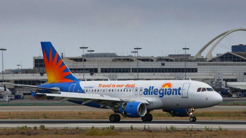 VIDEO: Pide a la asistente de vuelo que use su cubrebocas y lo sacan del avión