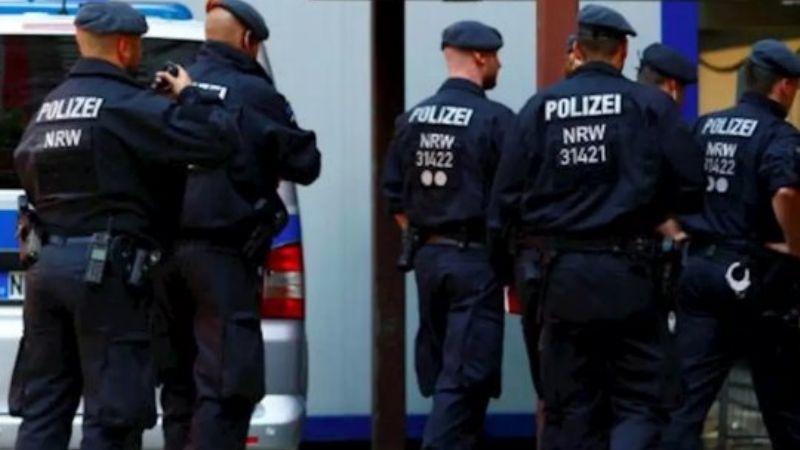 Alemania: Suspenden a 29 policías por compartir chats de ultraderecha con fotos de Adolf Hitler