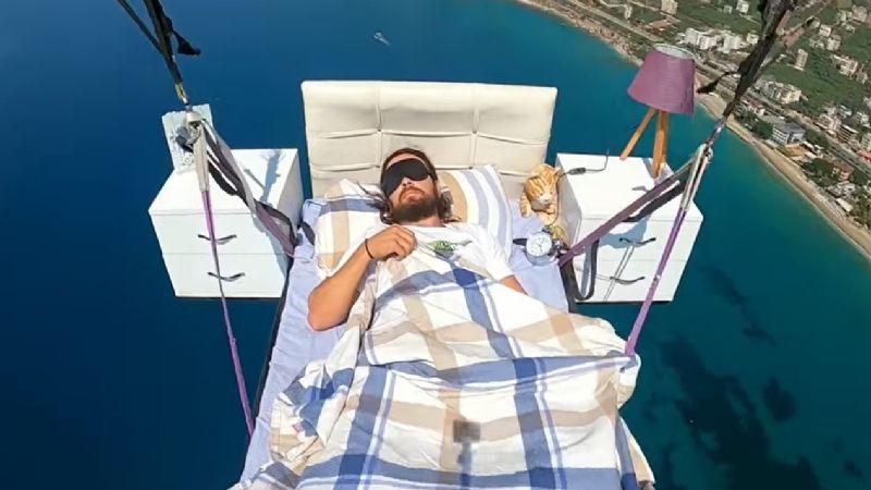 VIDEO: Hombre vuela en parapente acostado sobre una cama en Turquía