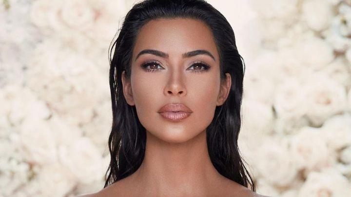 Kim Kardashian enamora con su belleza al posar en alberca a la orilla de la playa