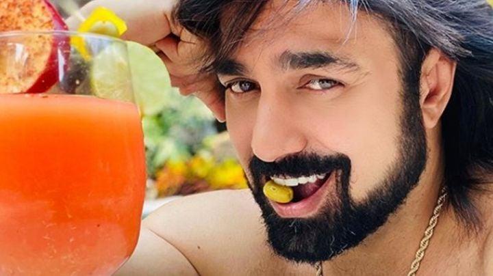Albertano se escapa a Acapulco y posa en la playa como todo un modelo