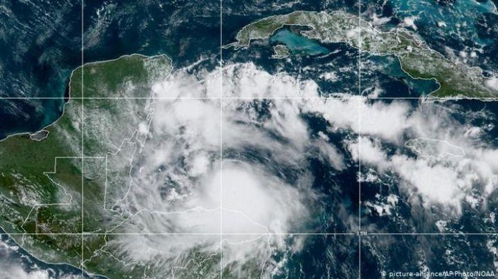 El huracán 'Nana' se degrada a tormenta tropical; avanza hacia Yucatán