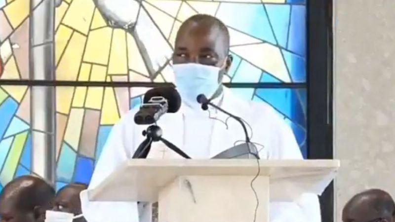 VIDEO: Sacerdote muere de manera inesperada durante una misa en Camerún