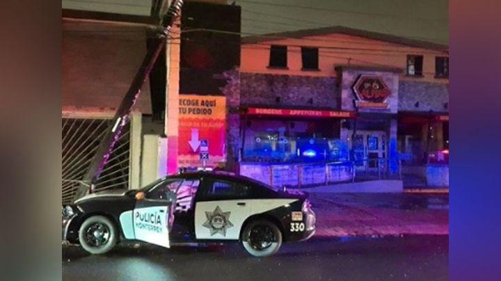 Policía de Monterrey sufre aparatoso accidente luego de perder el control y chocar contra poste