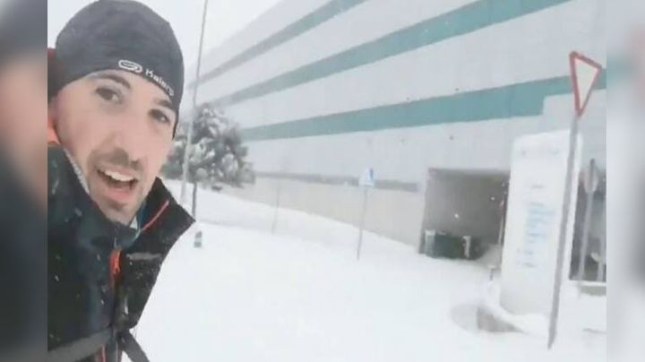 VIDEO: Médico corre 17 kilómetros en la nieve para cumplir su labor en hospital de Madrid