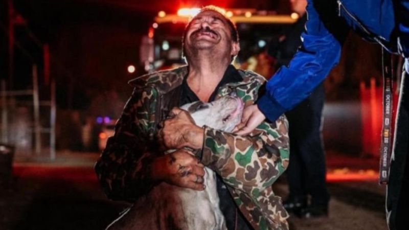 VIRAL: Hombre sordomudo llora de alegría al rescatar a su perrito de un incendio