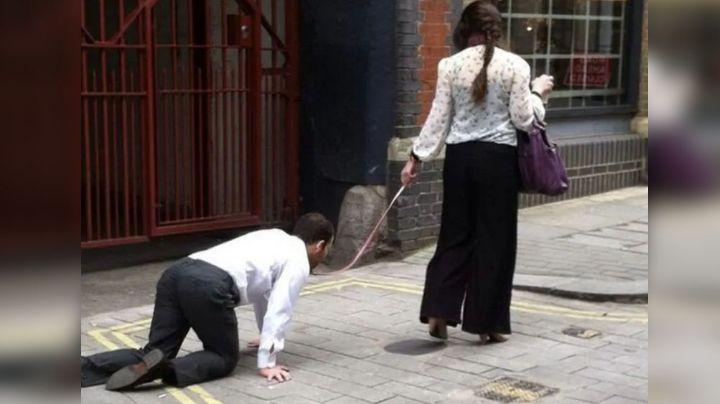 Mujer rompe toque de queda y saca a pasear a un hombre con correa; la multan