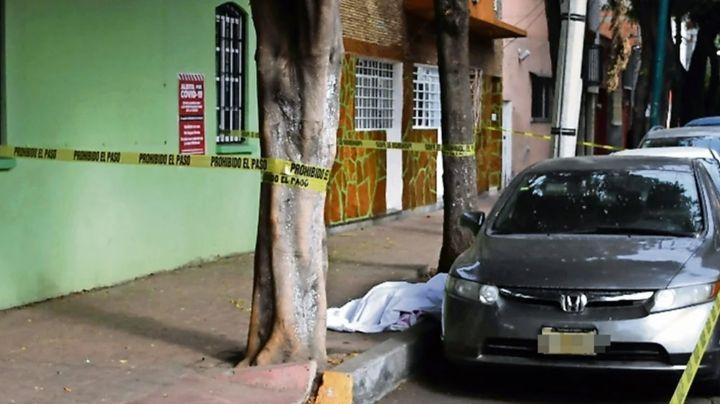 Captan a sujetos que abandonaron a mujer muerta en plena calle de Anáhuac