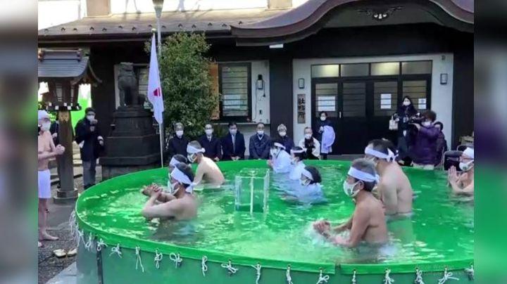 Habitantes de Tokio se bañan en agua helada para congelar el coronavirus