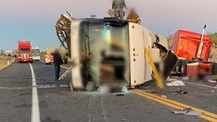 Mueren dos personas al chocar de frente un tráiler y un autobús en carretera Sonoyta-SLRC