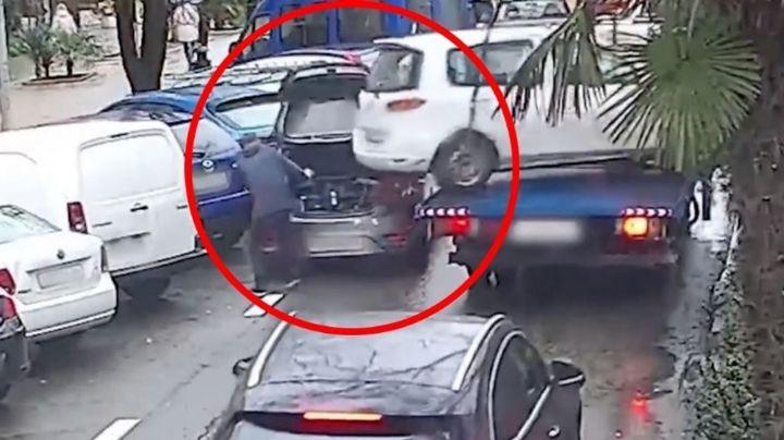 VIDEO: Automóvil se suelta de una grúa; sorprendentemente, hombre se salva de ser impactado