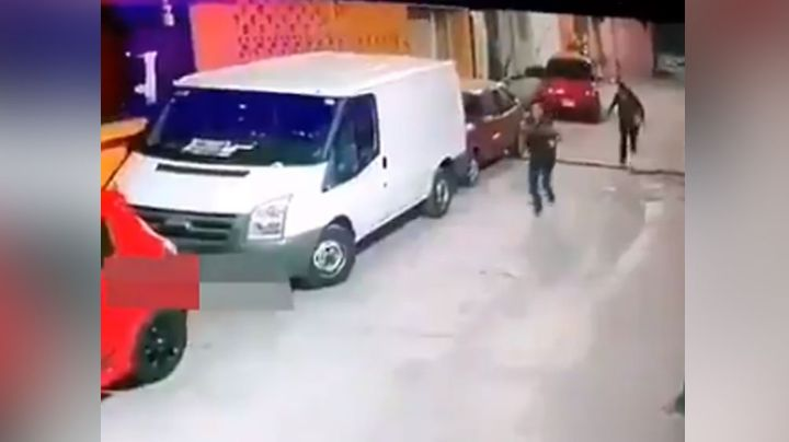 Captan a presuntos asaltantes al escapar luego de haber robado a pasajeros de una combi