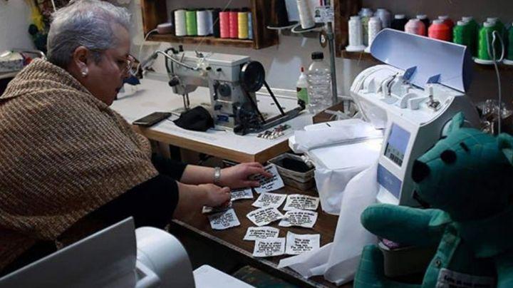 Doña Eréndira Guerrero confecciona peluches con prendas de algún seres queridos fallecidos