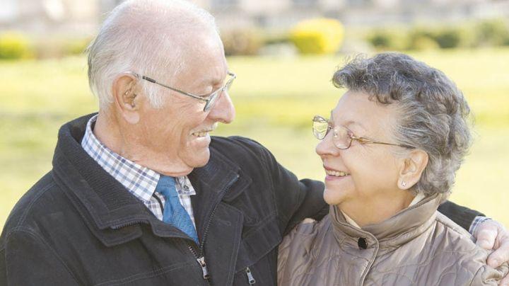 Adorable abuelita le hace conmovedor regalo a su esposo, quien no podía salir de casa