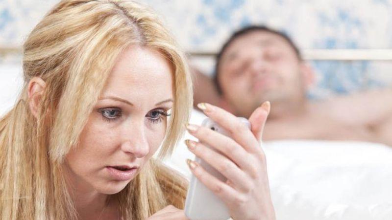Novia celosa hace reír a todo Internet al mostrar como saber si su novio le es infiel