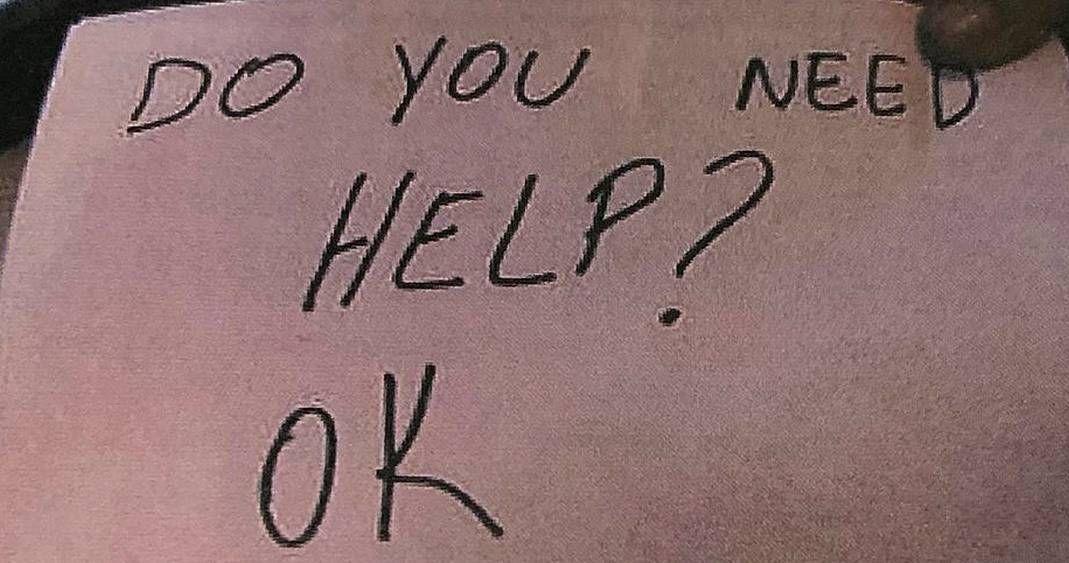 Niño víctima de tortura pide ayuda a mesera con una servilleta