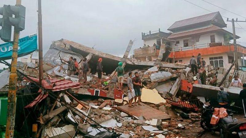 Suman al menos 42 muertos y 820 lesionados tras sismo de 6.2 en Indonesia