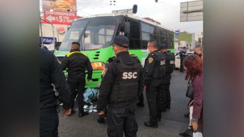 Mujer a bordo de una motocicleta es atropellada por el transporte público; el responsable se fugó