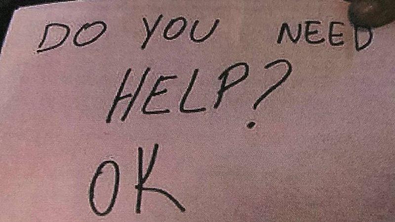 """Mesera detecta abuso hacia un niño y utiliza notas para rescatarlo: """"¿Necesitas ayuda?"""""""