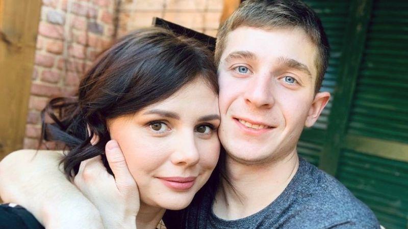 Mujer rusa se divorcia de su marido, se casa con su hijastro y da a luz a bebé