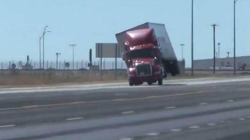 VIDEO: Automovilista capta el instante exacto en el que un tráiler se vuelca en la carretera