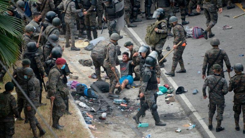 Caravana Migrante y militares de Guatemala se enfrentan con gas lacrimógeno en frontera