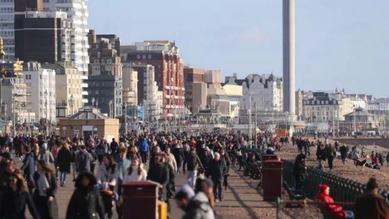 Reino Unido: Turistas llenan las playas y parques  este fin de semana a pesar del Covid-19