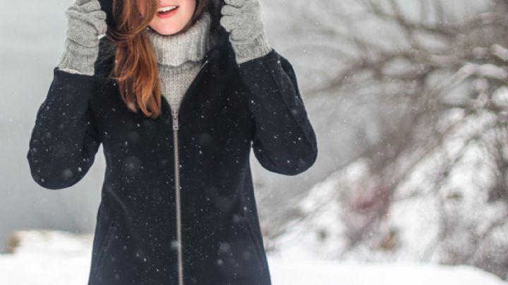 ¡Atención mujeres 'petite'! No cometas estos errores al utilizar tus abrigos favoritos