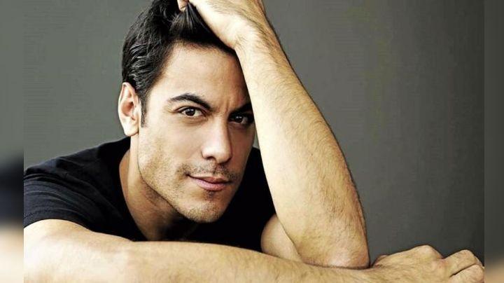 """""""¡Ay Diosito!"""": Carlos Rivera aparece 'encuerado' en redes y sus fans enloquecen"""