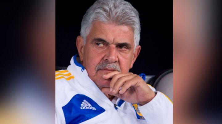 Por fumar en la banca del estadio de Santos, 'Tuca' Ferretti podría ser sancionado