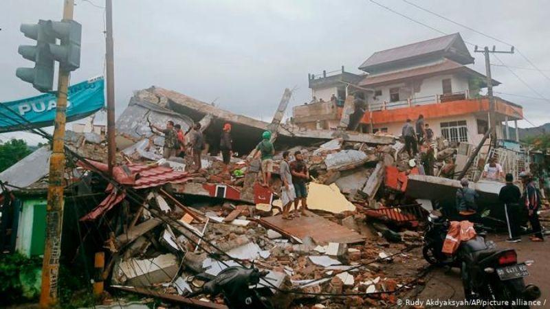 Lluvias complican rescate de sobrevivientes del fuerte sismo que azotó Indonesia