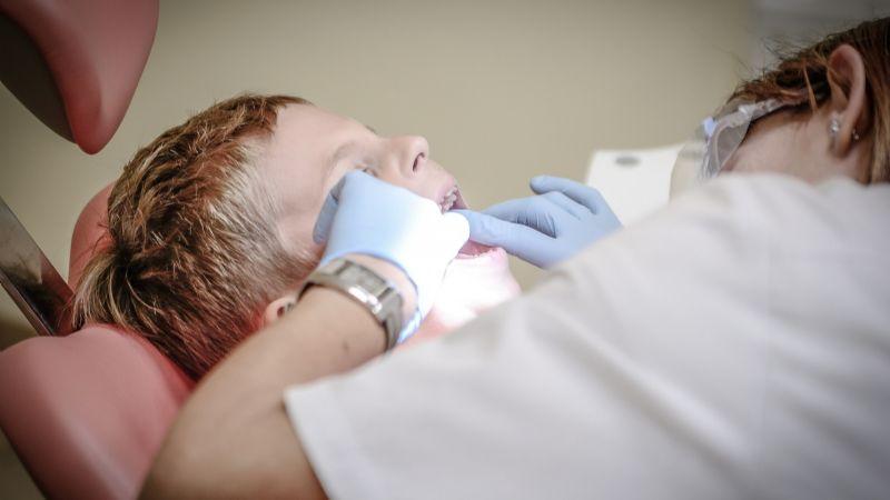 Estas señales podrían indicarte que tu hijo necesita visitar al dentista urgentemente