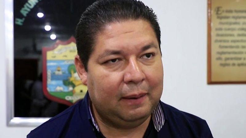 Alcalde de Escuinapa se vacuna antes de tiempo; remueven a director del hospital