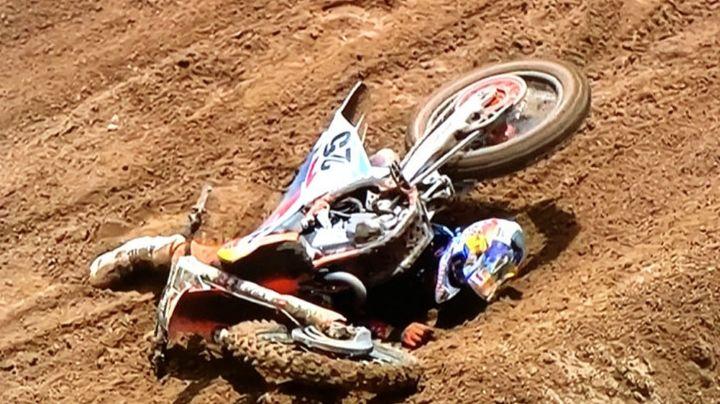 VIDEO: Chica se hace viral por la forma en que se levanta después de una caer en moto