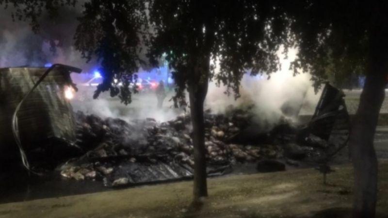 Hermosillenses rapiñan carne de un tráiler que se incendió en el boulevar Encinas