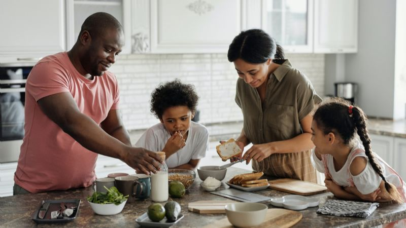 ¡Serán grandes chefs! Conoce los beneficios de que los pequeños del hogar ayuden en la cocina