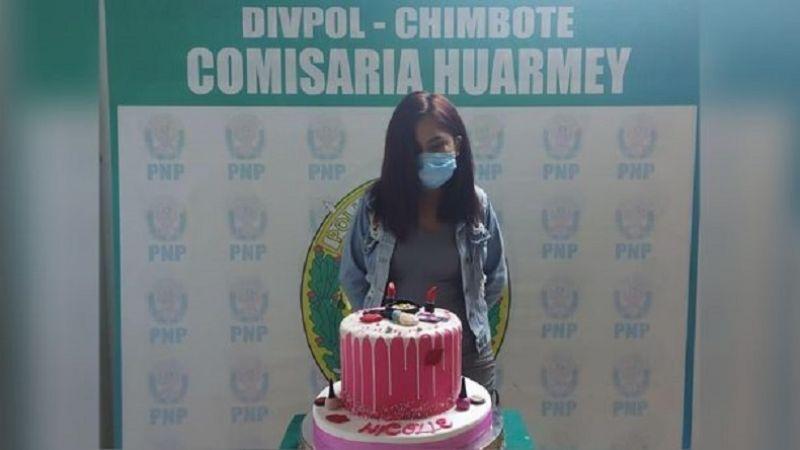 Detienen a cumpleañera por celebrar en pandemia y hacen viral foto de ella arrestada junto a su pastel