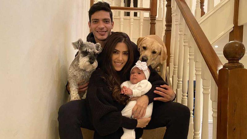 La tierna foto de la esposa y la hija de Raúl Jiménez que robó el corazón del delantero