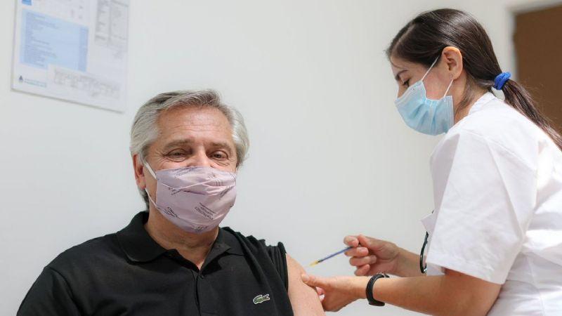 Alberto Fernández, presidente de Argentina, recibe la vacuna rusa Sputnik V